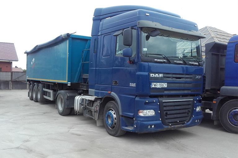 Niebieska ciężarówka zprzyczepą